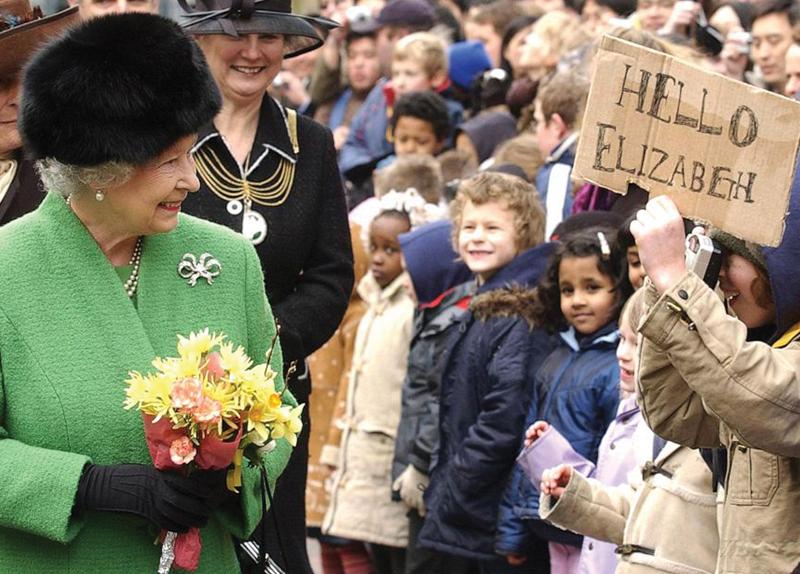 Queen Elizabeth Decides to Stop Wearing Fur0