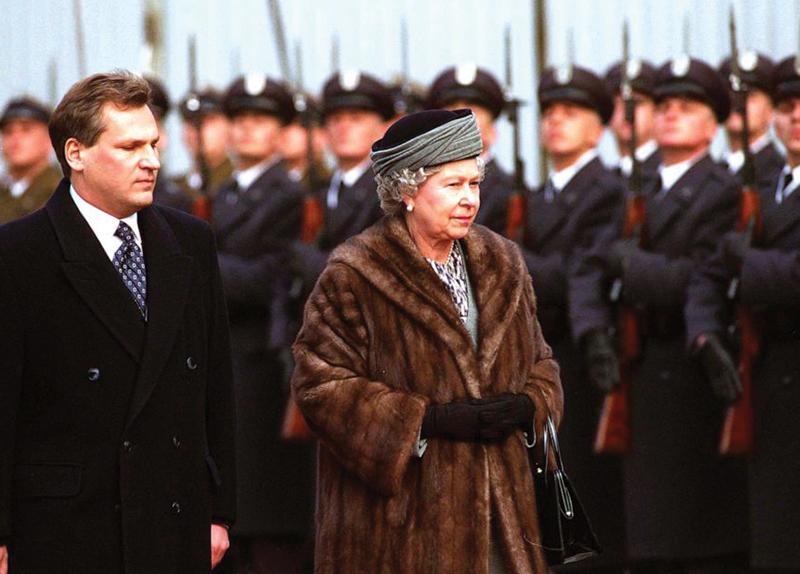 Queen Elizabeth Decides to Stop Wearing Fur3