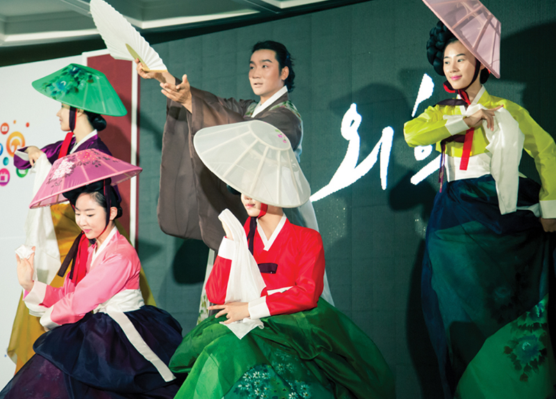 Hanbok Designer Revives Tradition by Mixing Modern and Traditional Clothing Styles - Perspective